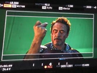 小罗伯特唐尼发布《复联4》打响指幕后照
