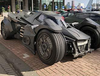 """网红""""蝙蝠侠战车""""上高速被撞稀巴烂"""