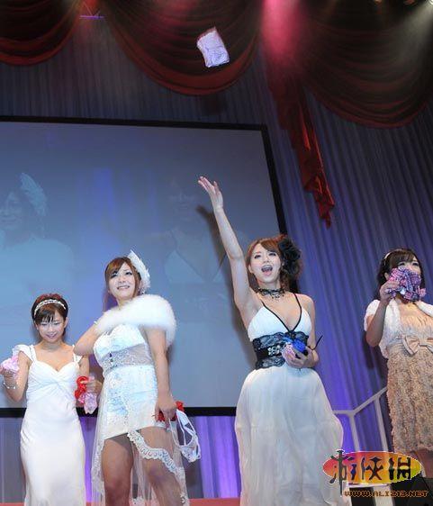 碉堡 日本成人作颁奖礼现场众女优向观众抛内裤