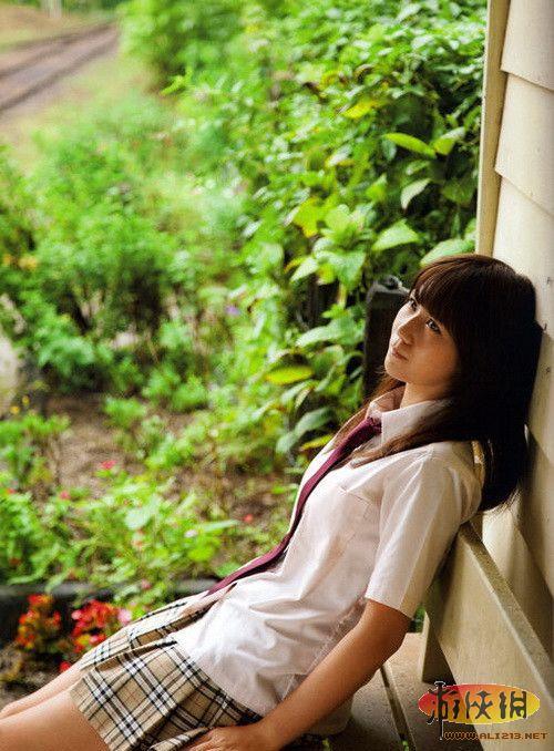 裙底风光无限好!抓拍日本高中部学妹的生活照