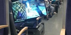 你还在掏Switch?小伙直接搬电视机上火车打PS4游戏