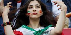 世界杯球场伊朗女孩揭开神秘黑纱 38年首次进场观赛