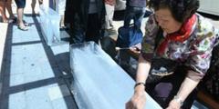 韩国政府出资街头放置冰块供市民纳凉 价格昂贵!