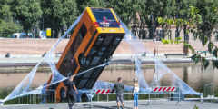 公交车竟被扔向湖面?索尼花式宣传《漫威蜘蛛侠》!