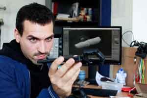 法国开发魔性手机配件 像真人手指一样完成骚操作!