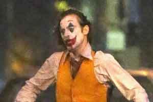 杰昆版《小丑》曝最新片场照 街头狂奔扮相极尽癫狂