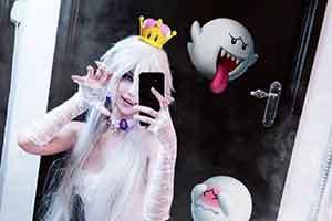 国外美少女COS幽灵姬 白裙白丝张牙舞爪表情可爱!