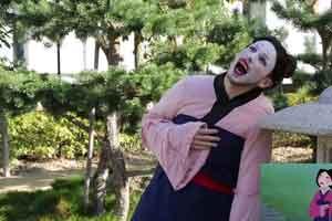法国小哥廉价COS迪士尼《花木兰》 女儿装很是搞笑