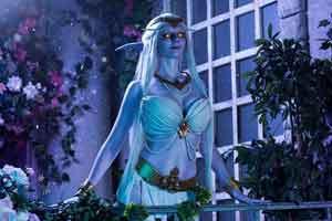 国外美女COS《魔兽世界》艾萨拉女王 性感身材吸睛
