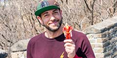 《沙赞》男主游长城 与自己角色玩具合影气氛欢乐