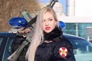 黑指甲油最配枪械!俄最美近卫军女兵美貌专业并存