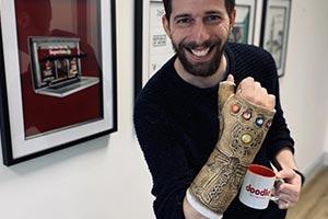 是真爱了!粉丝将石膏改造成《复联》灭霸无限手套