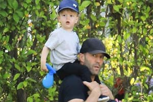 斯坦森扛儿子骑大马!好莱坞银幕硬汉带娃画面太温馨