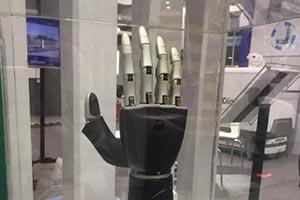 京东自主研发首款可穿戴智能仿生手!关节操作灵活