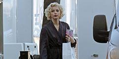《金发美人》玛丽莲·梦露传记片场照  性感中带着顽皮