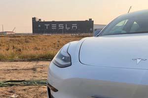 国产特斯拉即将交付!首批Model 3离开上海工厂