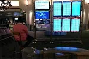 """男子用机场屏幕玩大发5分彩—极速5分彩 还问工作人员""""能否打完这盘"""""""