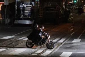 黑衣墨镜飚重机车!《黑客帝国4》片场剧照 视频曝光