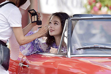 美女的女儿也是美女!莫妮卡贝鲁奇女儿广告片场照