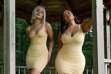 差别的性感!两个闺蜜穿一样的衣服揭示差别风情
