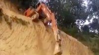 不就是个陡坡嘛 老司机开着挖掘机轻轻松松就下来了