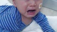 可爱宝宝照镜子,玩的太嗨结果悲剧一头撞镜子好可怜呀
