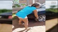 老婆用木棒砸劈腿老公的汽车