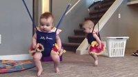双胞胎两姐妹的魔鬼的步伐舞蹈