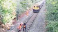 太惊险 醉汉眼看着就要被火车撞死了 铁路工人奋勇将其扑出铁轨