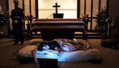 牺牲士兵的妻子睡在丈夫棺木前!12张感人的照片