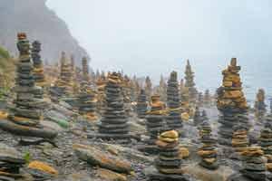 俄海滩遍布堆砌石塔尽显原始宗教神秘 宛如巨石阵