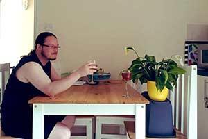 网友请金属党室友帮忙照看盆栽 幽默沙雕线上圈粉