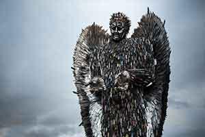 英国艺术家打造巨大天使雕塑 十万把违禁刀具构成