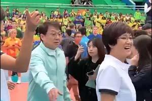 成龙探班《中国女排》剧组 巩俐饰演的郎平造型曝光