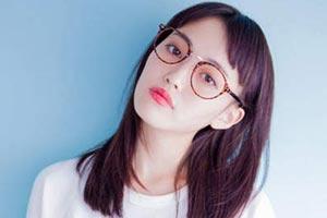 眼镜娘不可爱嘛?日本职场女性禁戴框架眼镜引热议