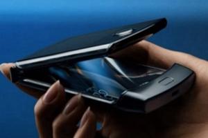 首款量产翻盖式折叠手机:摩托罗拉RAZR约13033元