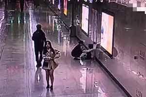 女子连续加班1个月地铁站崩溃大哭 工作人员举动暖心