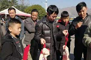 努力讀書真的就會有肉吃!貴州一學校發豬肉獎勵學生