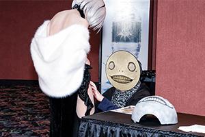 不知道該酸誰 《尼爾》監督橫尾太郎在Csoer腿上簽名
