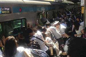 所有人推动地铁只为救一人!20张温暖人心的真实照片