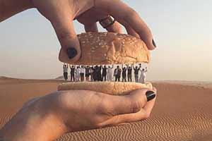 人肉汉堡见过吗?网友脑洞大开教你拍摄惊悚奇幻照片