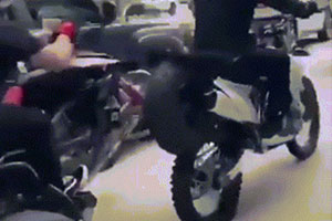 摩托车精准插入后轮 动图给孙悟空念紧箍咒不如打一顿
