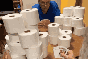 外网创造的今日欢乐梗图:卫生纸在国外就是硬通货!