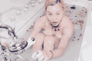 好莱坞明星怎样度过疫情隔离期? 麦当娜浴缸全裸被喷