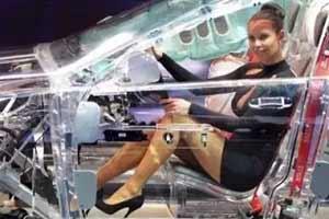 透明汽车让小姐姐的肉腿一览无余!18张奇特的照片!