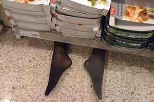 黑丝少女惨遭XX后被藏超市货架下?惊悚吓人的生活照