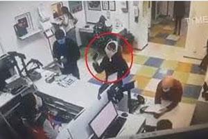 真内裤套头!乌克兰女子未戴口罩被拒 脱内裤戴脸上