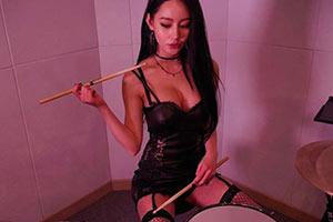 你那是欣赏她的鼓技吗?韩国最火辣美女鼓手A-YEON!