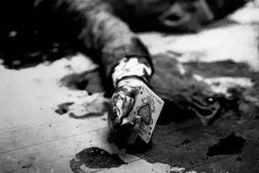 黑手党老大手握带血扑克惨死餐厅!18张珍贵历史照片