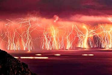 满屏闪电宛如大神渡劫现场!25张活久见的大自然照片